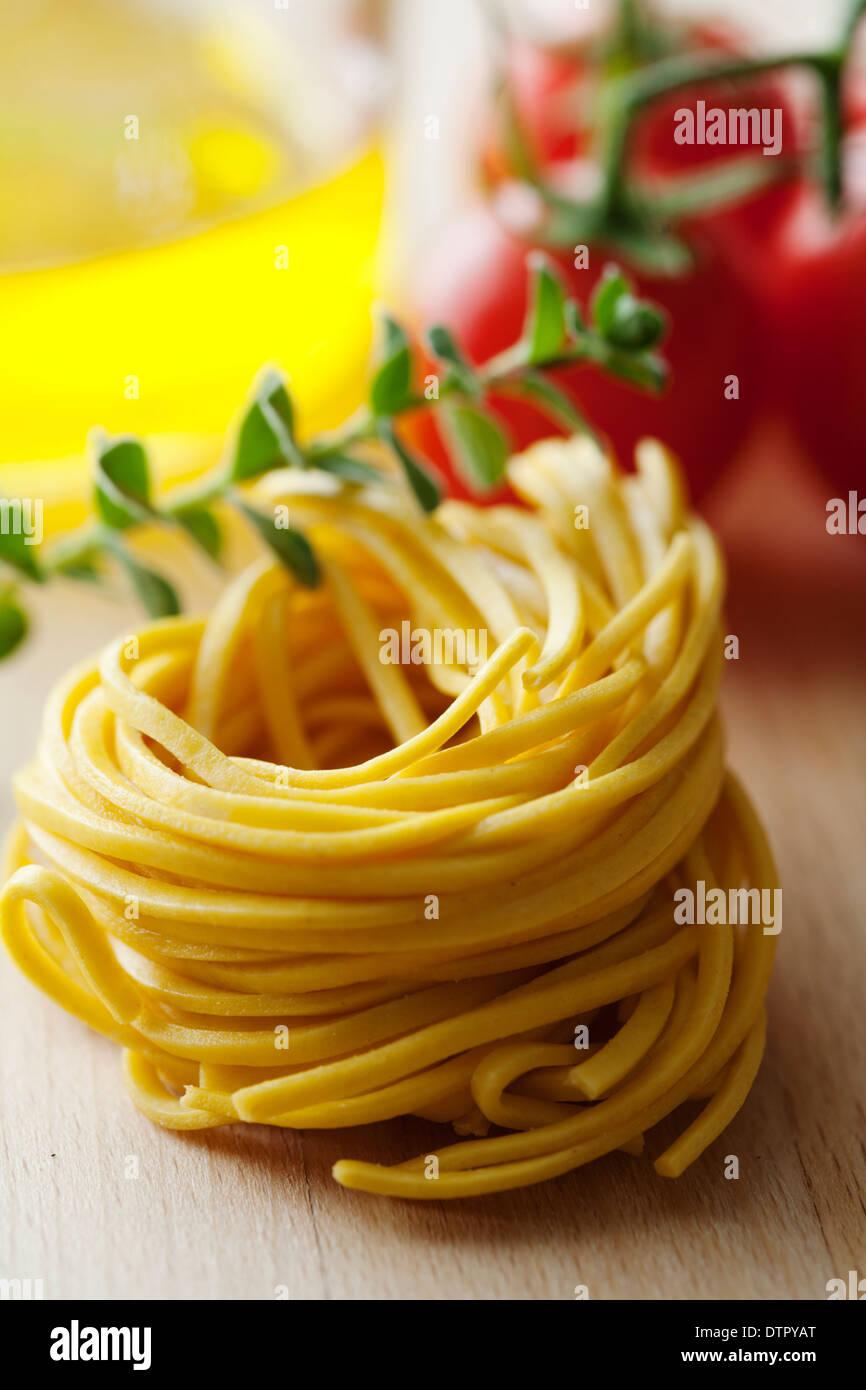 Tagliatelle fresche con alcuni ingredienti Immagini Stock
