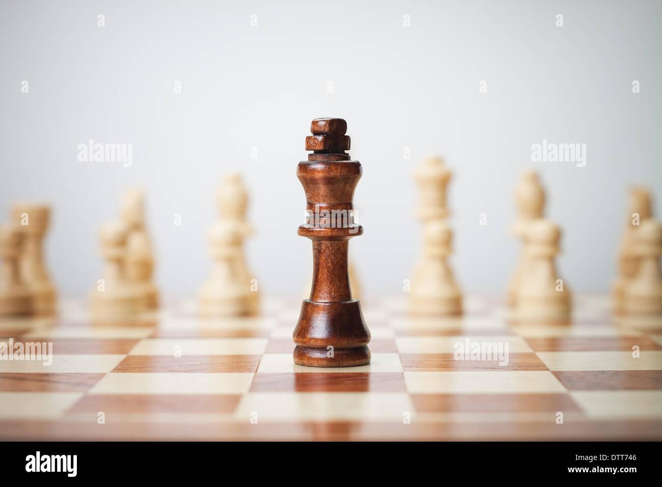 Concetto di scacchi su sfondo grigio Foto Stock