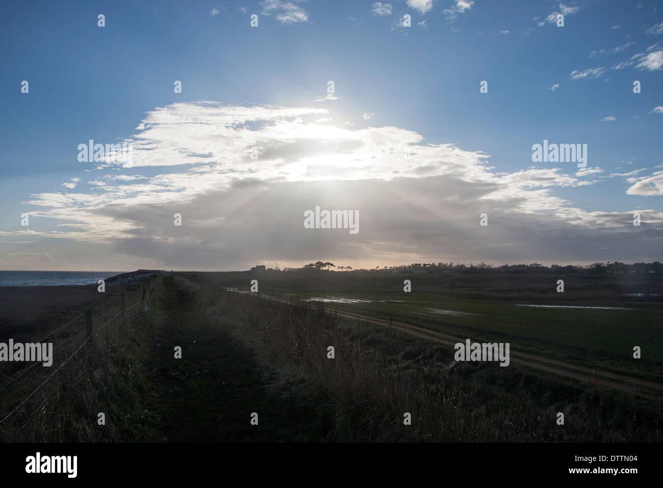 Frontale di nuvole che si muovono oltre il cielo bloccando il sole a Bawdsey, Suffolk, Inghilterra Immagini Stock