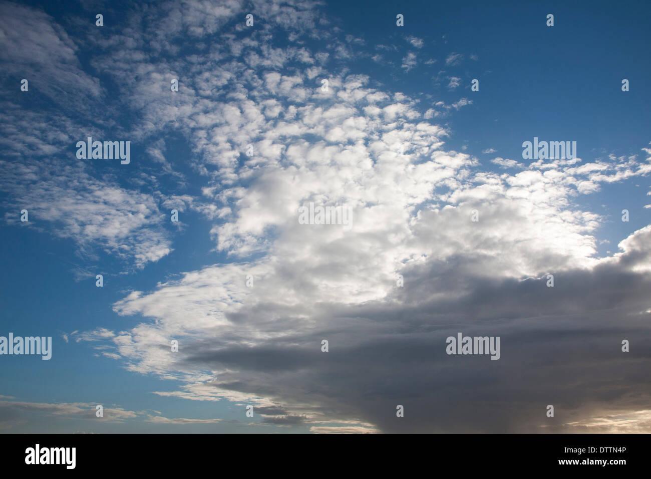 Frontale di nuvole che si muovono oltre il cielo bloccando il sole a Suffolk, Inghilterra Immagini Stock
