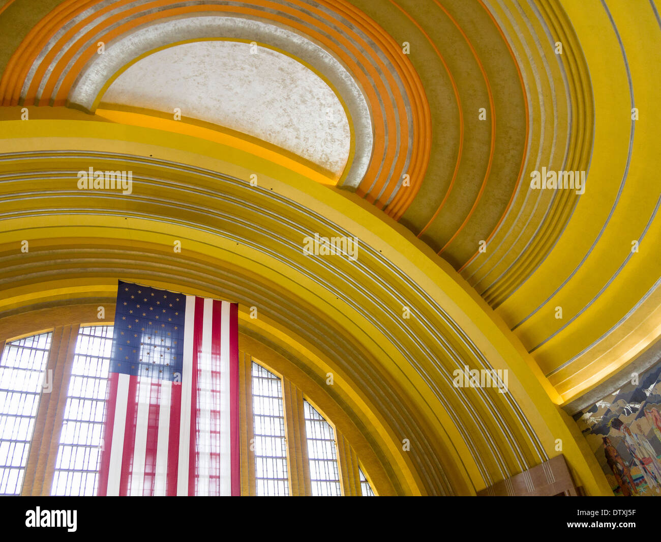 Soffitto e bandiera in unione terminale. Intersecando cerchi gialli forniscono l'impostazione progettati per una grande bandiera americana Immagini Stock