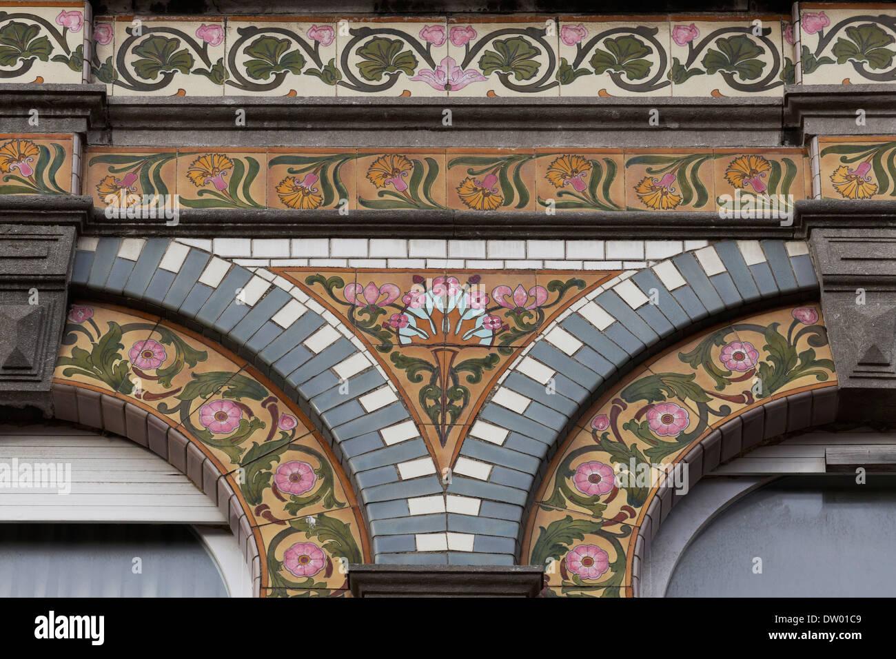 Facciata art deco piastrelle con motivi floreali scrolls villa