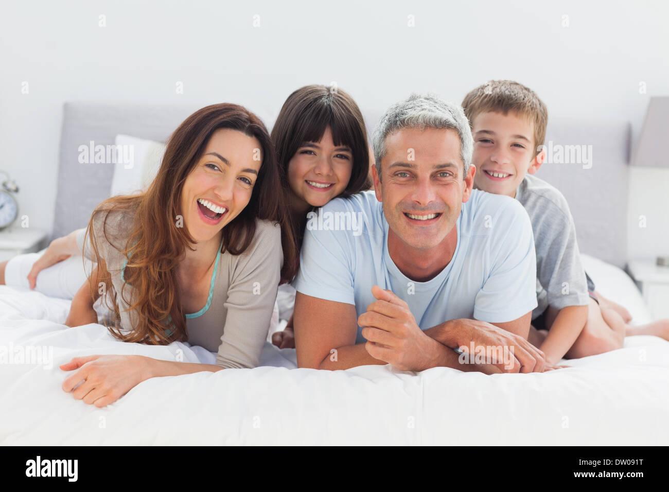 La famiglia felice giacente insieme Immagini Stock