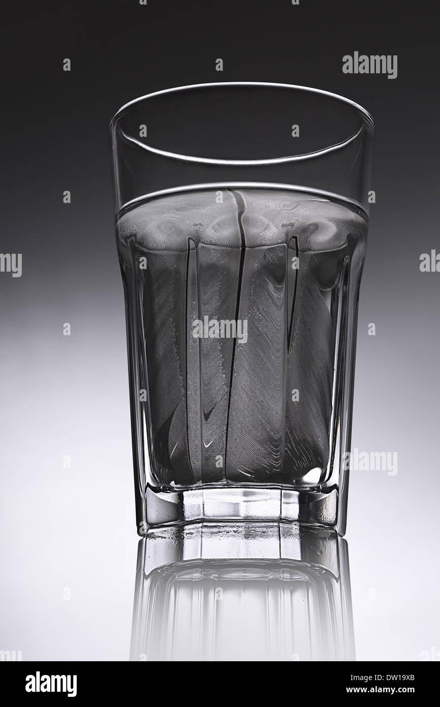 Semplice acqua di vetro con acqua strutturato Immagini Stock