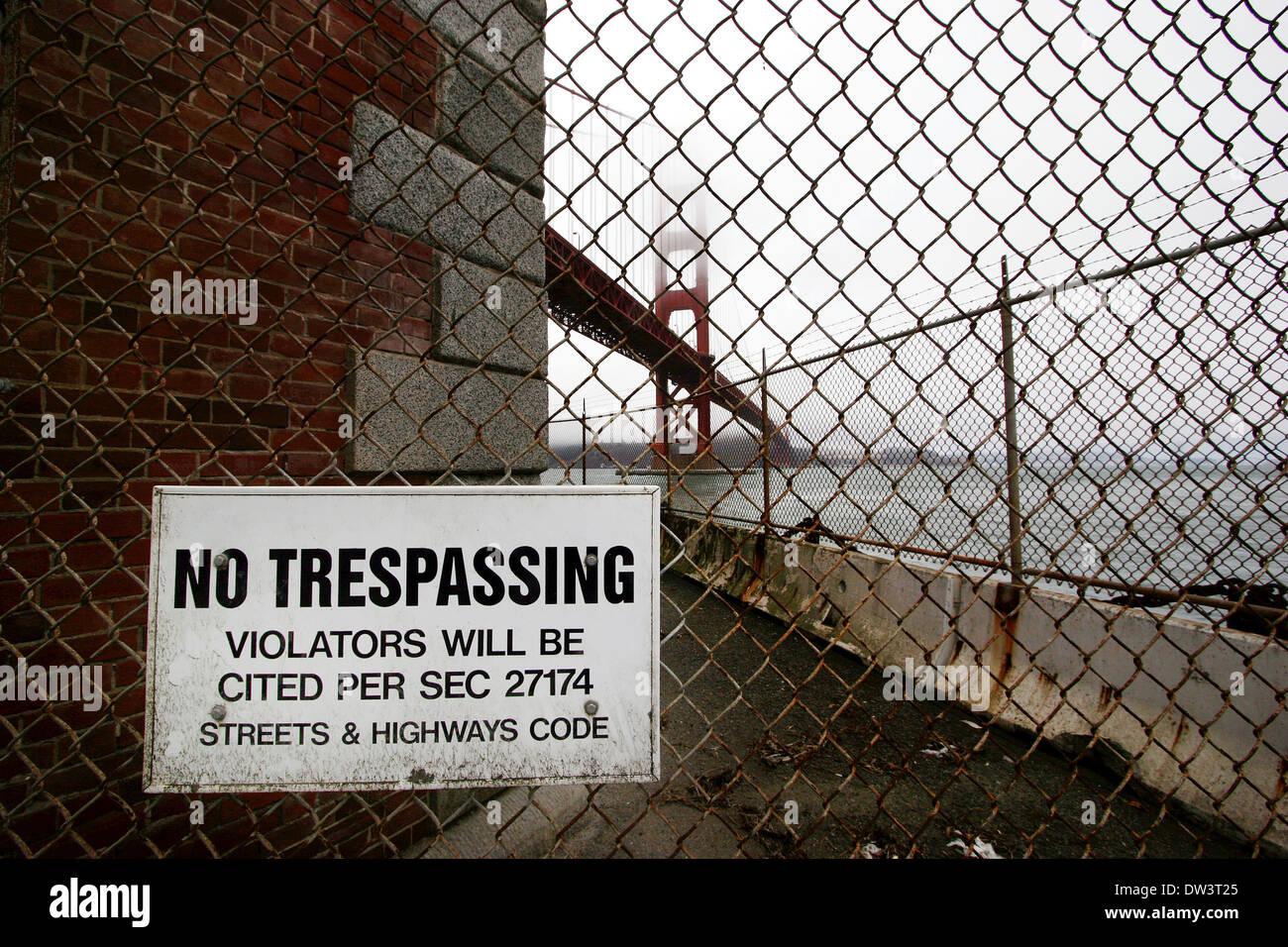 Rete metallica senza sconfinamenti di segnale con il Golden Gate Bridge sullo sfondo Immagini Stock