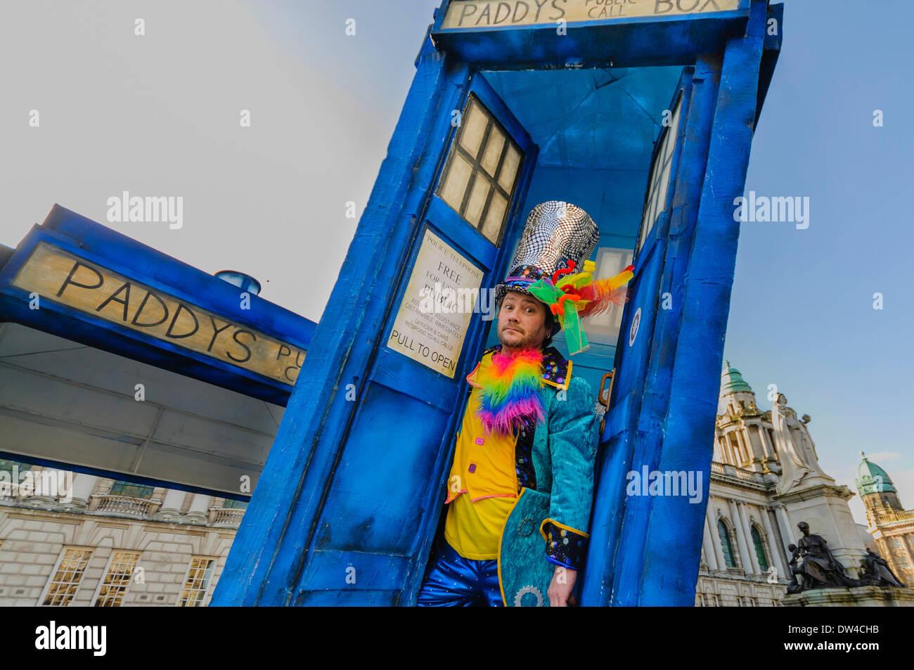 Un uomo vestito in abiti colorati emerge da un  Tardis  a un il giorno di  San Patrizio evento 02444606e19