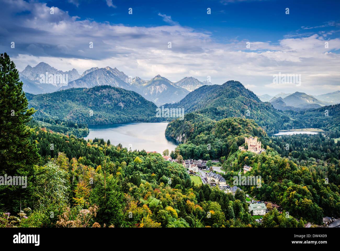 Alpi bavaresi della Germania a Hohenschwangau Village e il Lago Alpsee. Immagini Stock