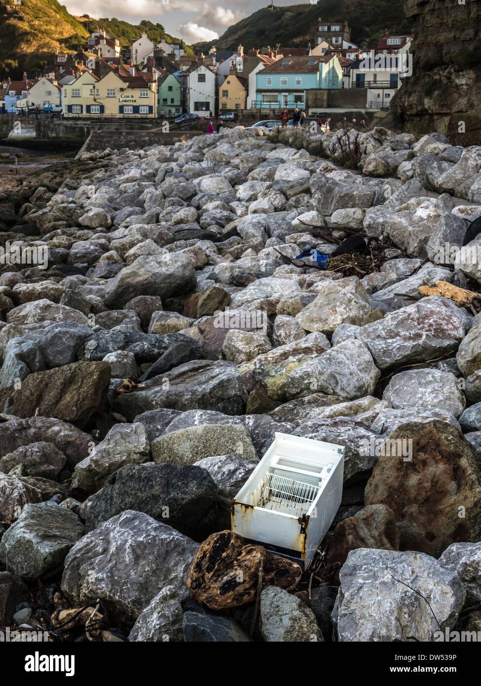 Scartato frigo lavato fino sulle rocce a Staithes, UK. Immagini Stock