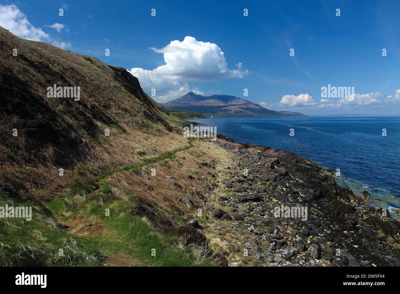 Capra cadde e Brodick Bay dal punto di Clauchlands sull'Arran sentiero costiero, Isle of Arran, Ayrshire Foto Stock