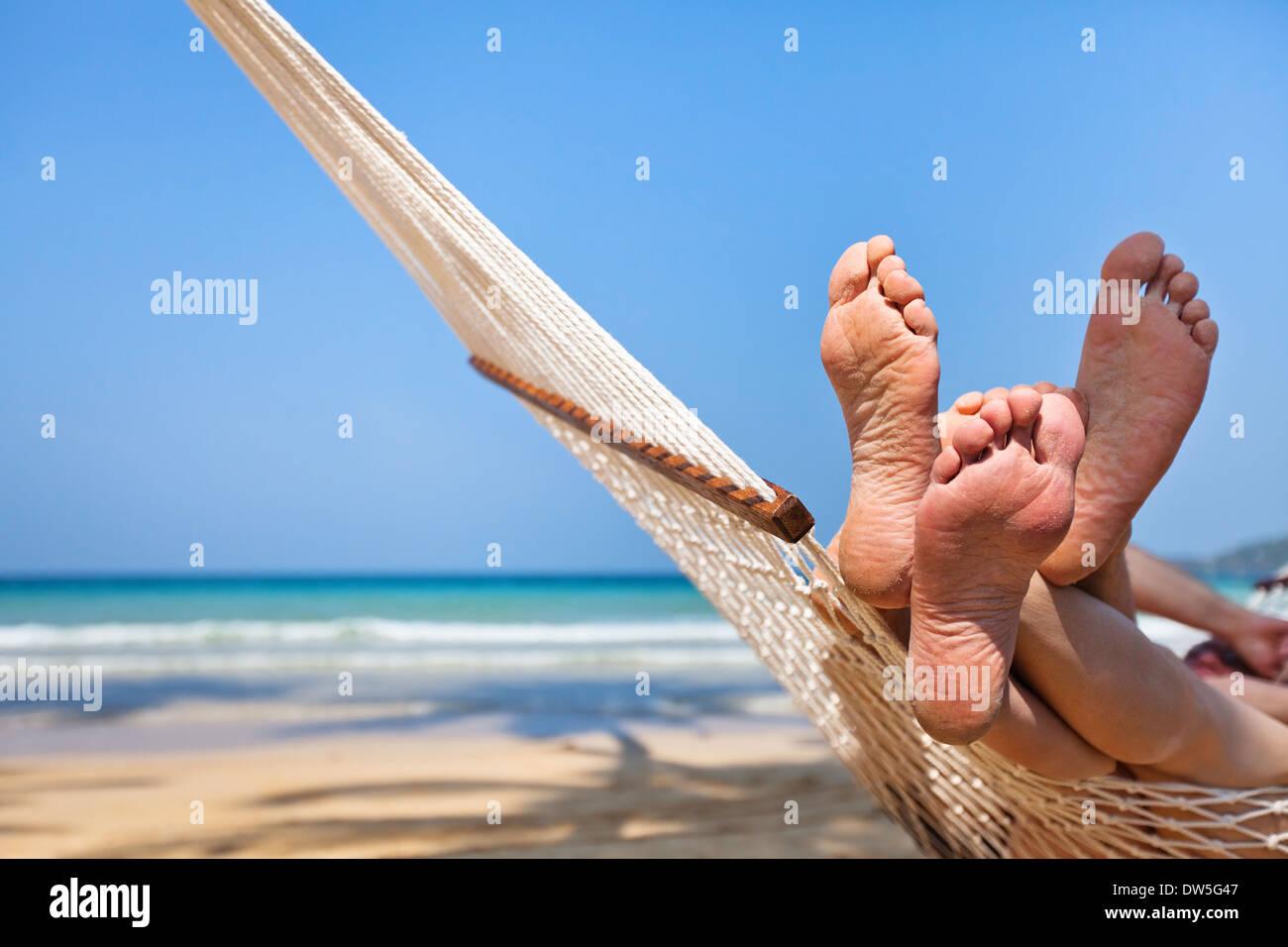 Matura in amaca sulla spiaggia Immagini Stock