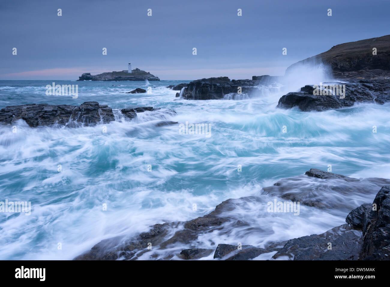 Si infrangono onde Atlantico vicino Godrevy Lighthouse, Cornwall, Inghilterra. Inverno (febbraio) 2013. Immagini Stock