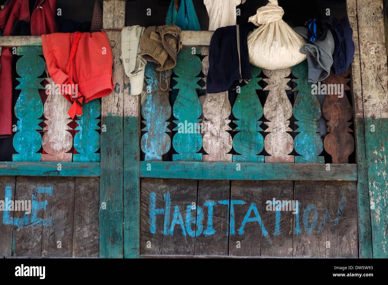 Abbigliamento appesi al balcone di una casa del villaggio di Jagat, Nepal. Immagini Stock