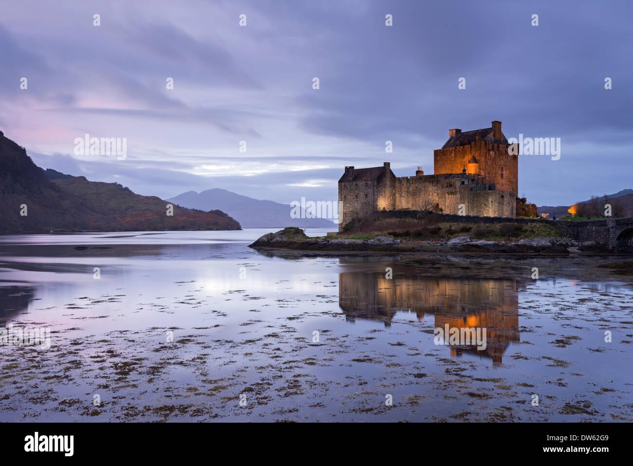Twilight oltre il Castello Eilean Donan sul Loch Duich, Dornie, Scozia. Inverno (Novembre) 2013. Immagini Stock