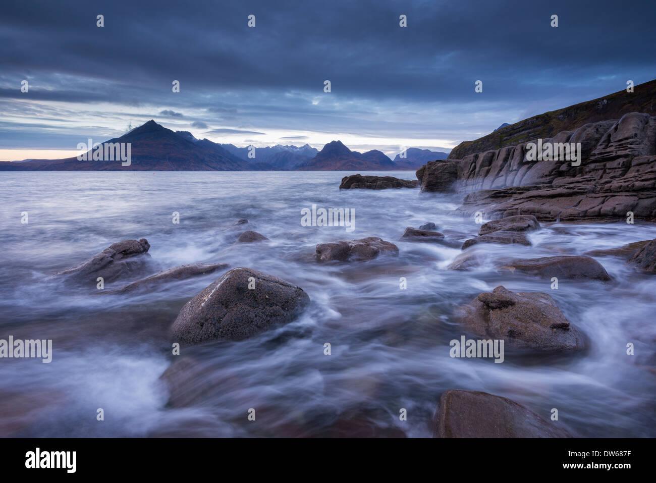 Rush onde intorno alle sponde rocciose di Elgol, Isola di Skye in Scozia. Inverno (dicembre) 2013. Immagini Stock
