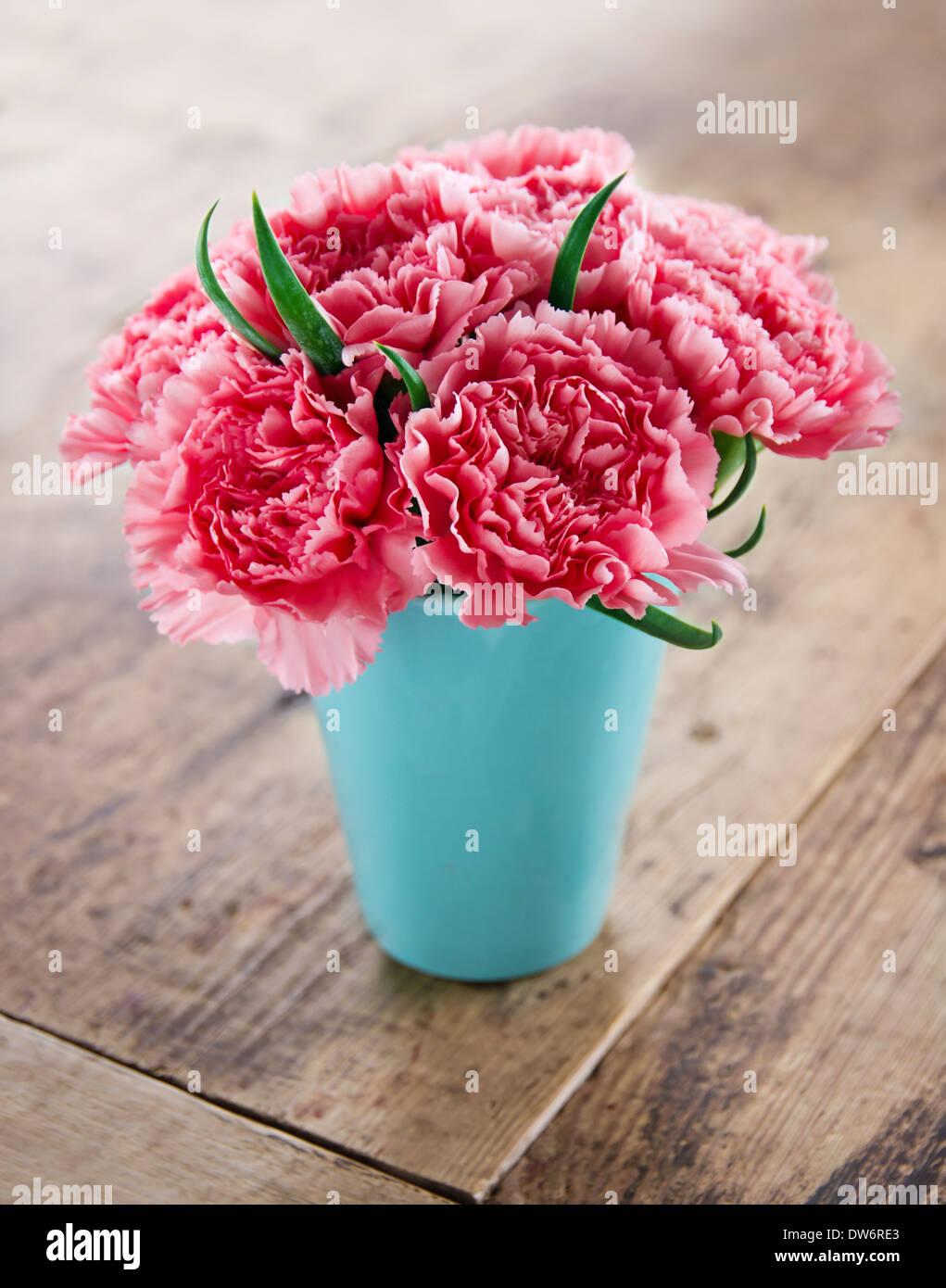 Mazzo Di Fiori The West.Garofani Rosa Bouquet Di Fiori In Un Vaso Blu Su Rustico Sfondo Di