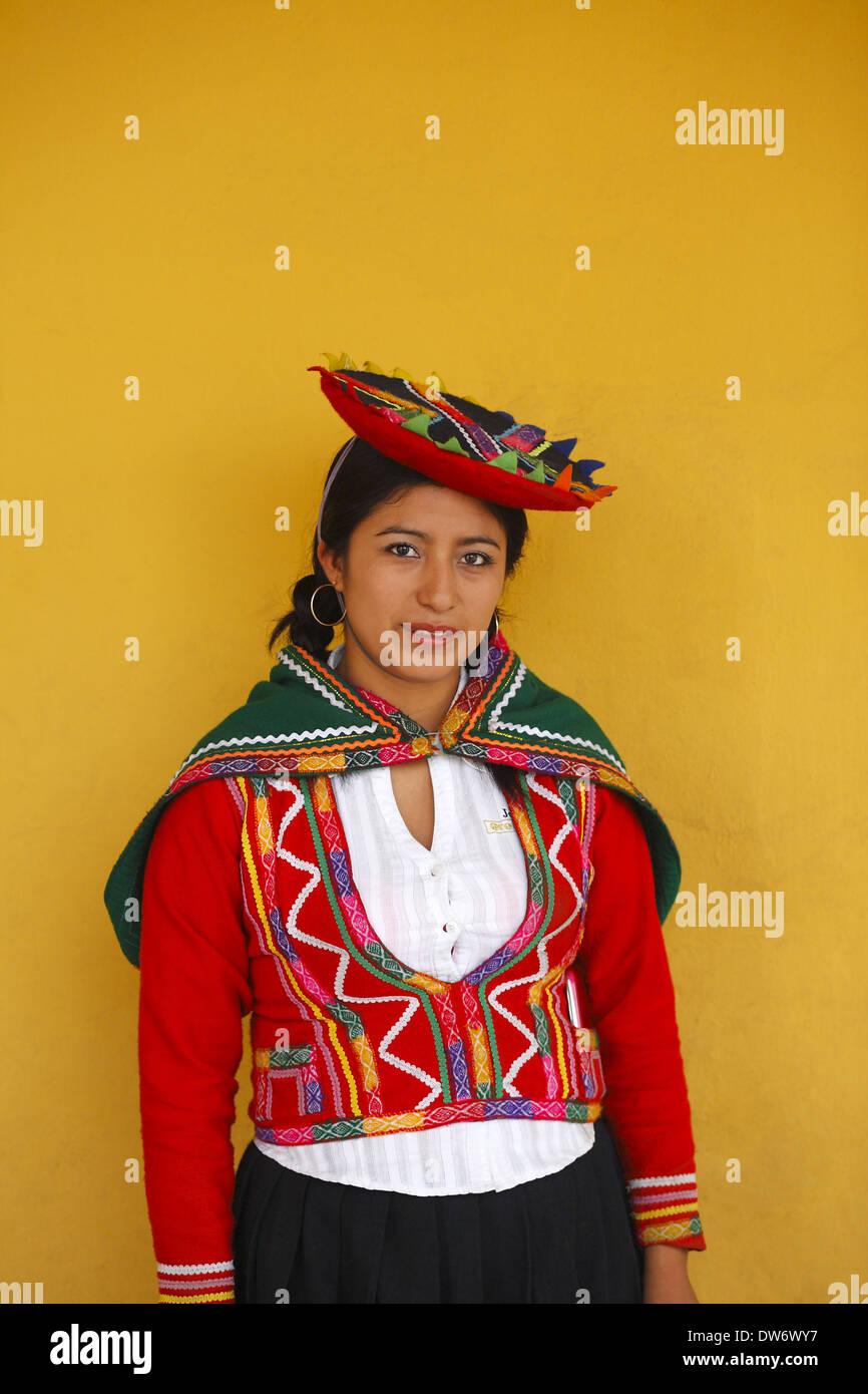 Donna Peruviana indossando vestiti tradizionali, Lima, Peru Immagini Stock
