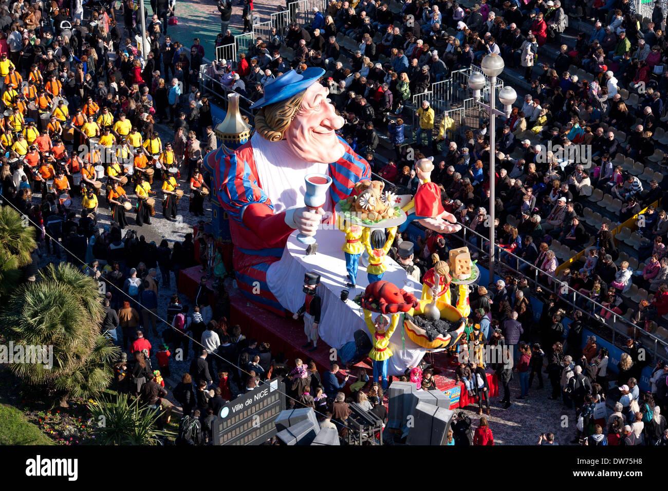 """Sfilata di Carnevale di Nizza sulla famosa """"PROMENADE DES ANGLAIS"""" (2014). Vista in elevazione da Le Méridien Hotel del tetto, Nizza, Riviera Francese, Francia. Immagini Stock"""