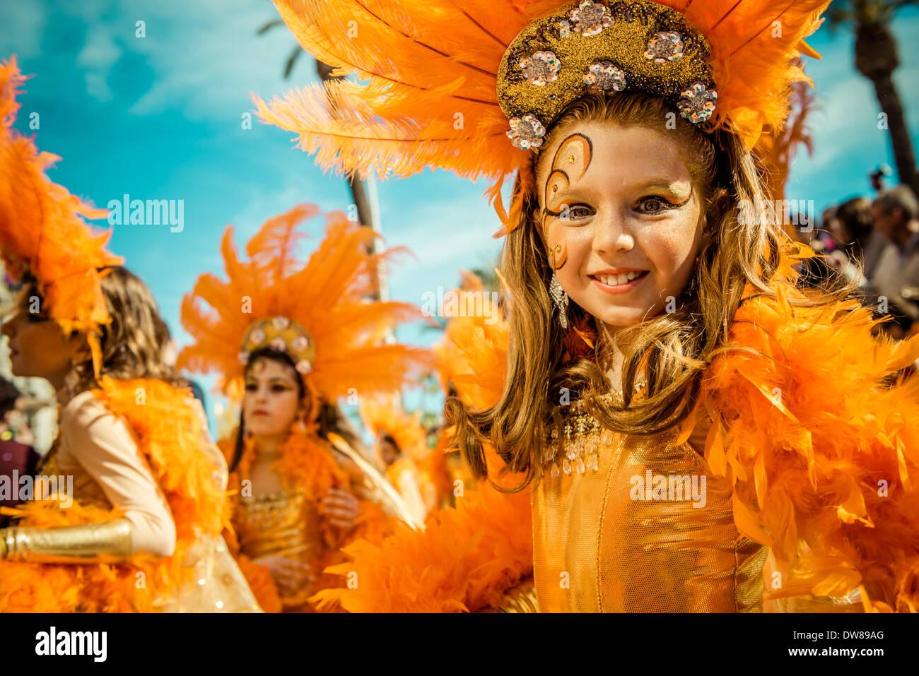 Sitges, Spagna. 2 marzo 2014: Bambini festaioli ballare durante la Domenica sfilata dei bambini sfilata di carnevale Foto Stock