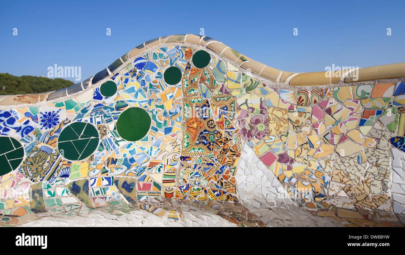 Mosaico Di Una Panchina Nel Parco Guell Barcellona In Catalogna