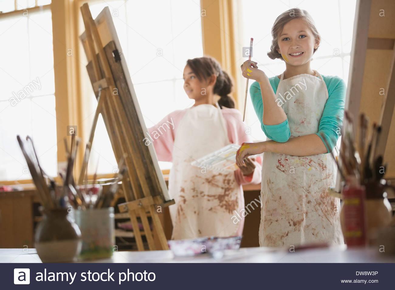 Ritratto di fiducioso ragazza pittura in classe d'arte Immagini Stock