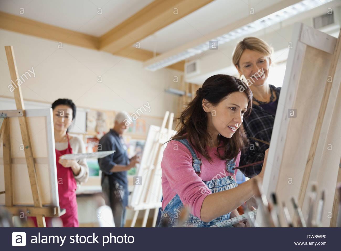 La donna adulta prendendo lezioni di pittura Immagini Stock
