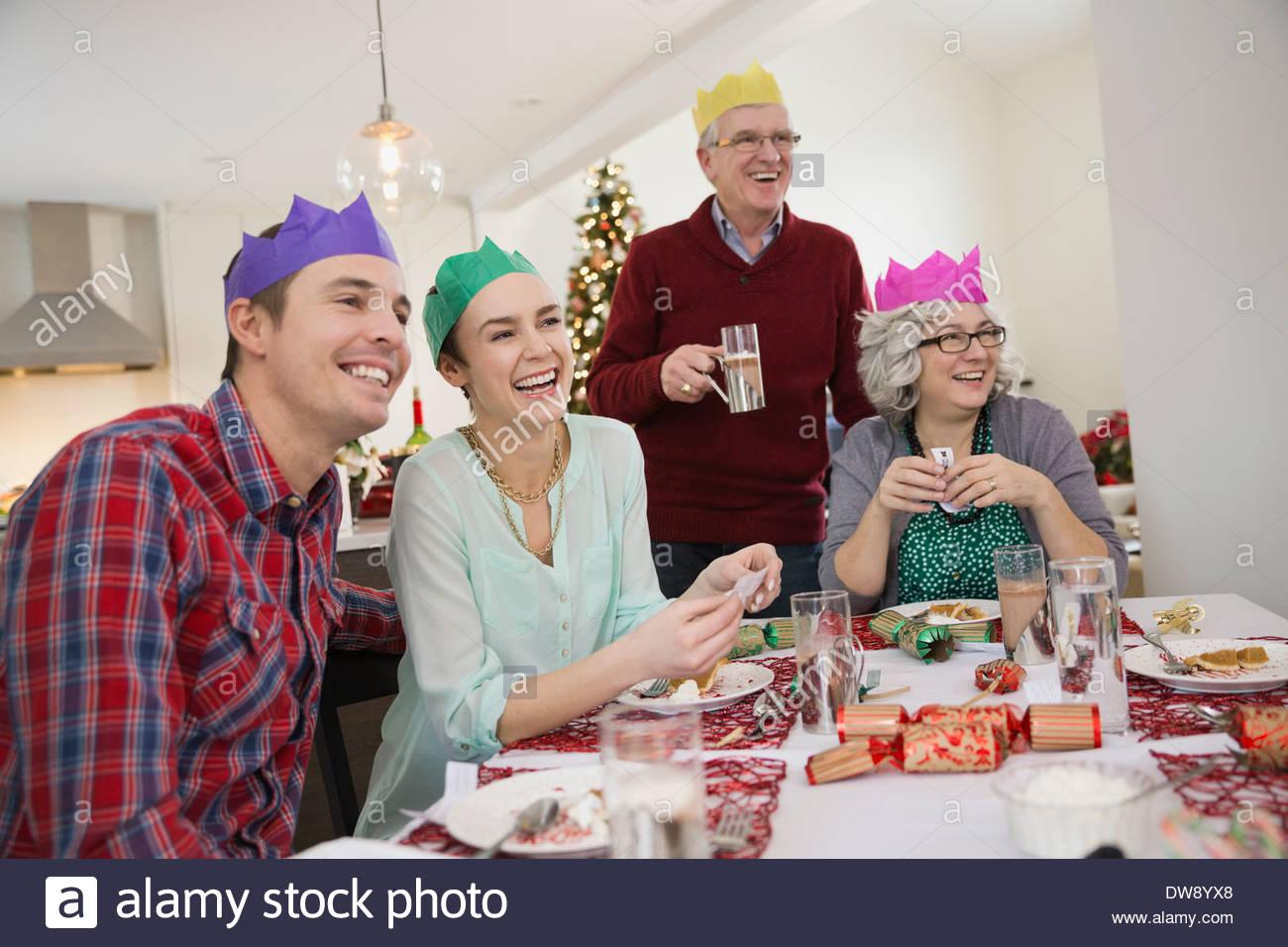 Famiglia godendo del tempo insieme dopo cena di Natale Immagini Stock