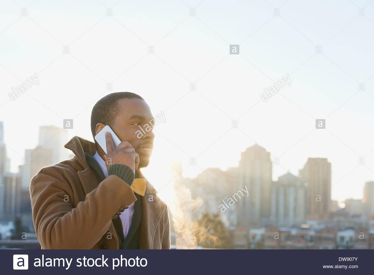 Uomo che utilizza smart phone all'aperto Immagini Stock