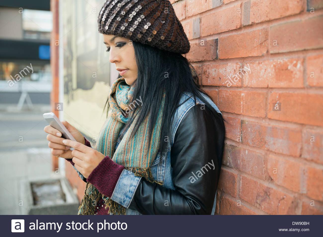Donna che utilizza smart phone all'aperto Immagini Stock