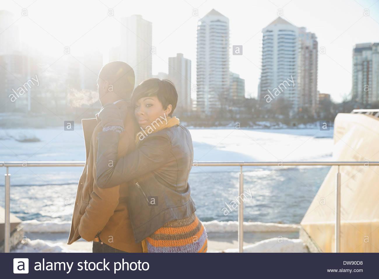 Affettuosa coppia contro cityscape Immagini Stock