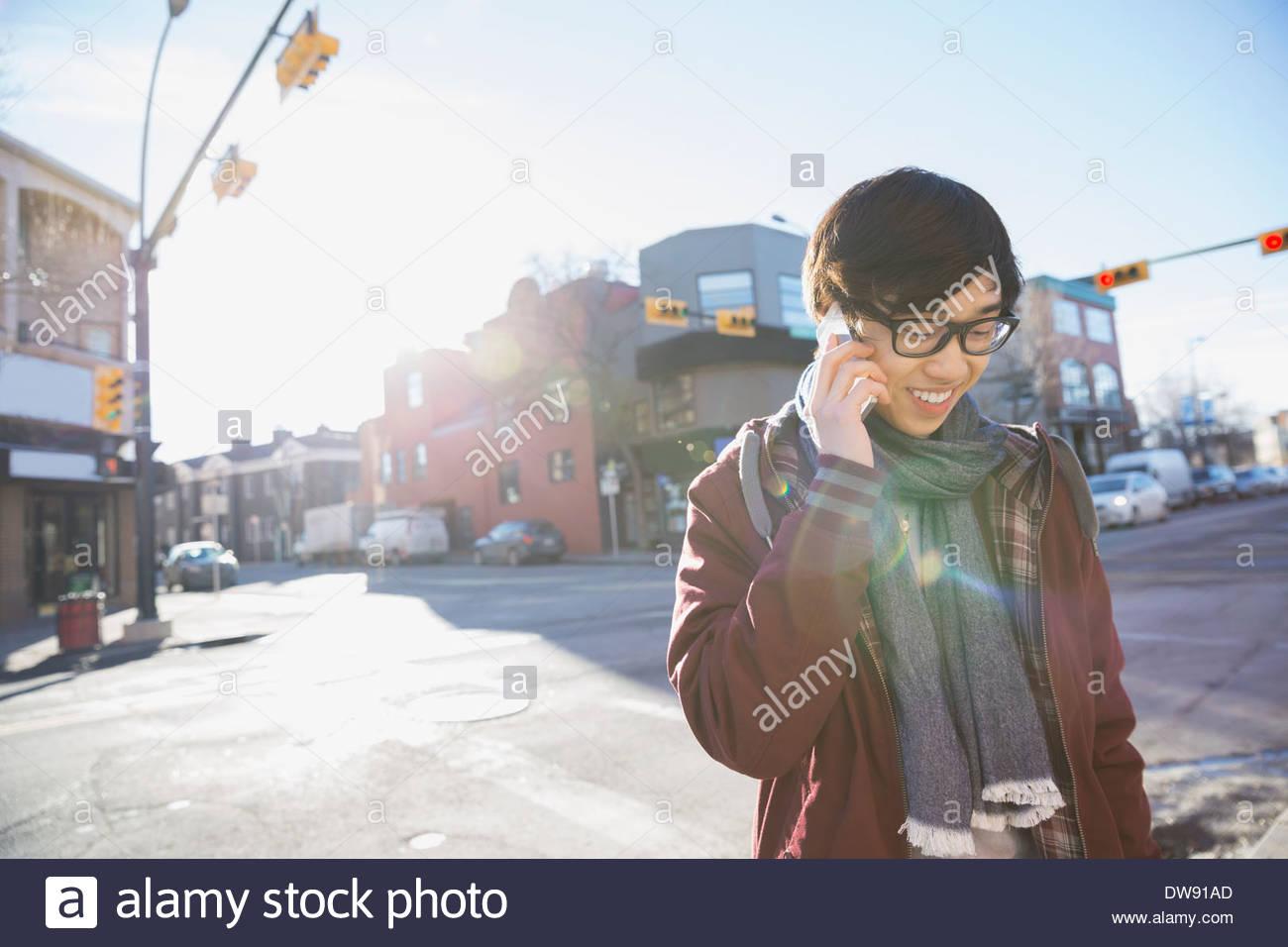 Giovane uomo rispondendo alle smart phone all'aperto Immagini Stock