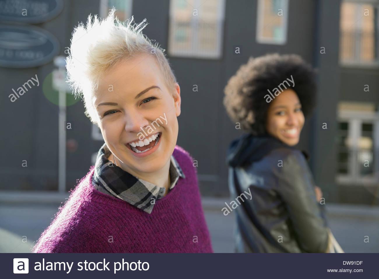 Ritratto di donna allegra sulla strada di città Immagini Stock