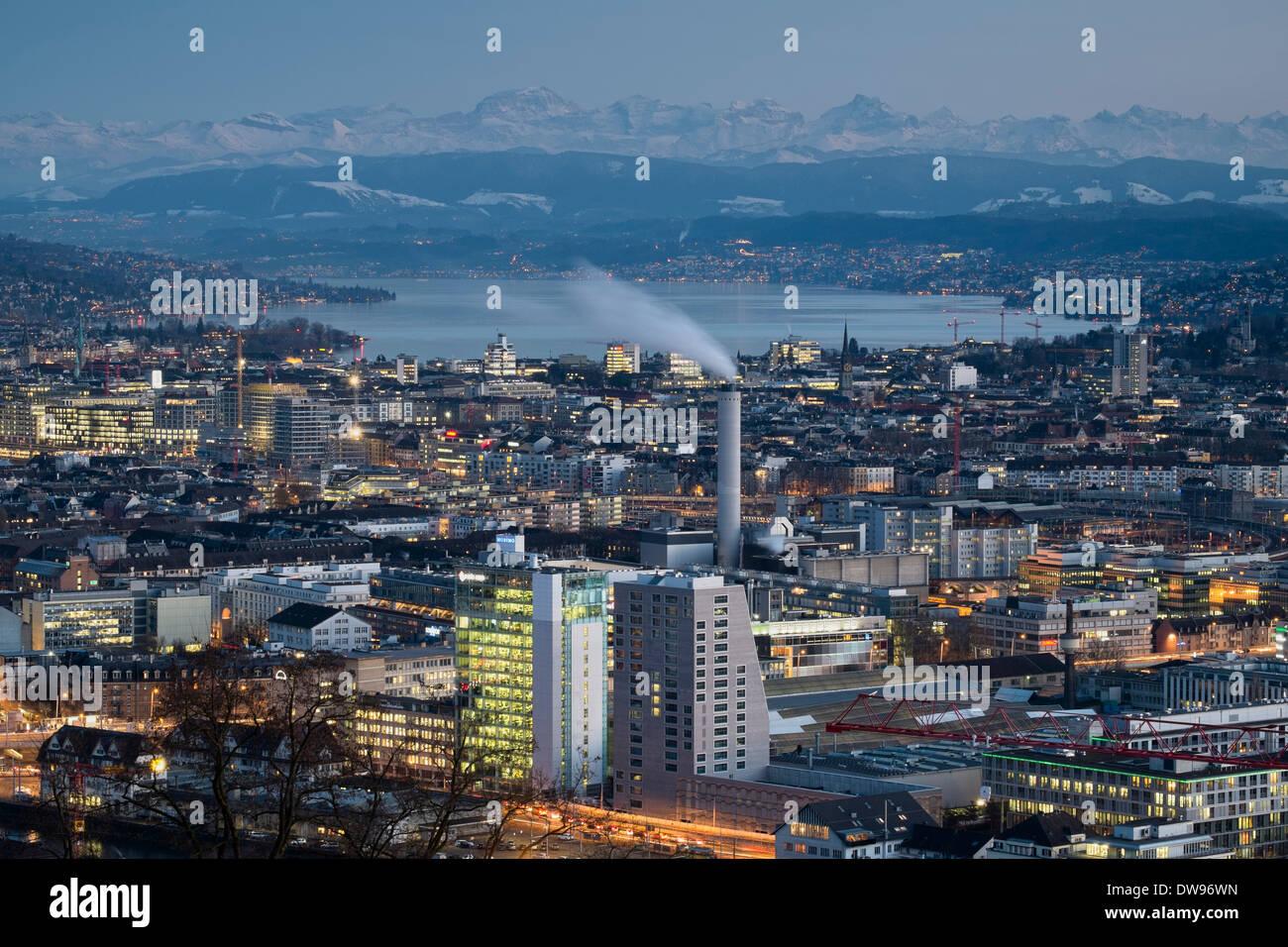Cityscape, il lago di Zurigo nella parte posteriore, Alpi svizzere all'orizzonte, Zurigo, Svizzera Immagini Stock