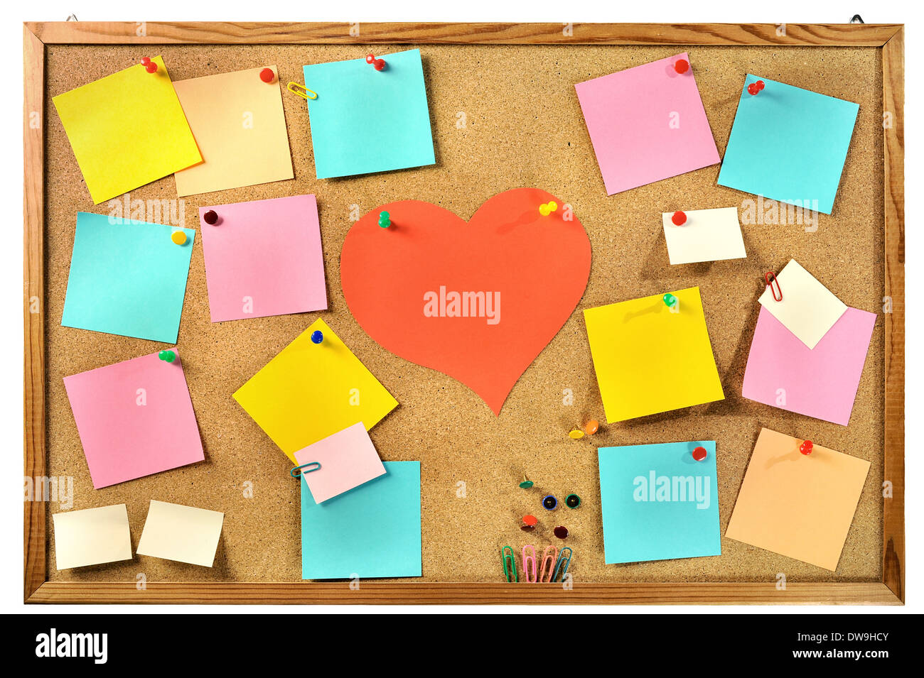 Vuoto di carta colorata note , forniture per ufficio e carta rossa cuore sul sughero bacheca. Foto Stock