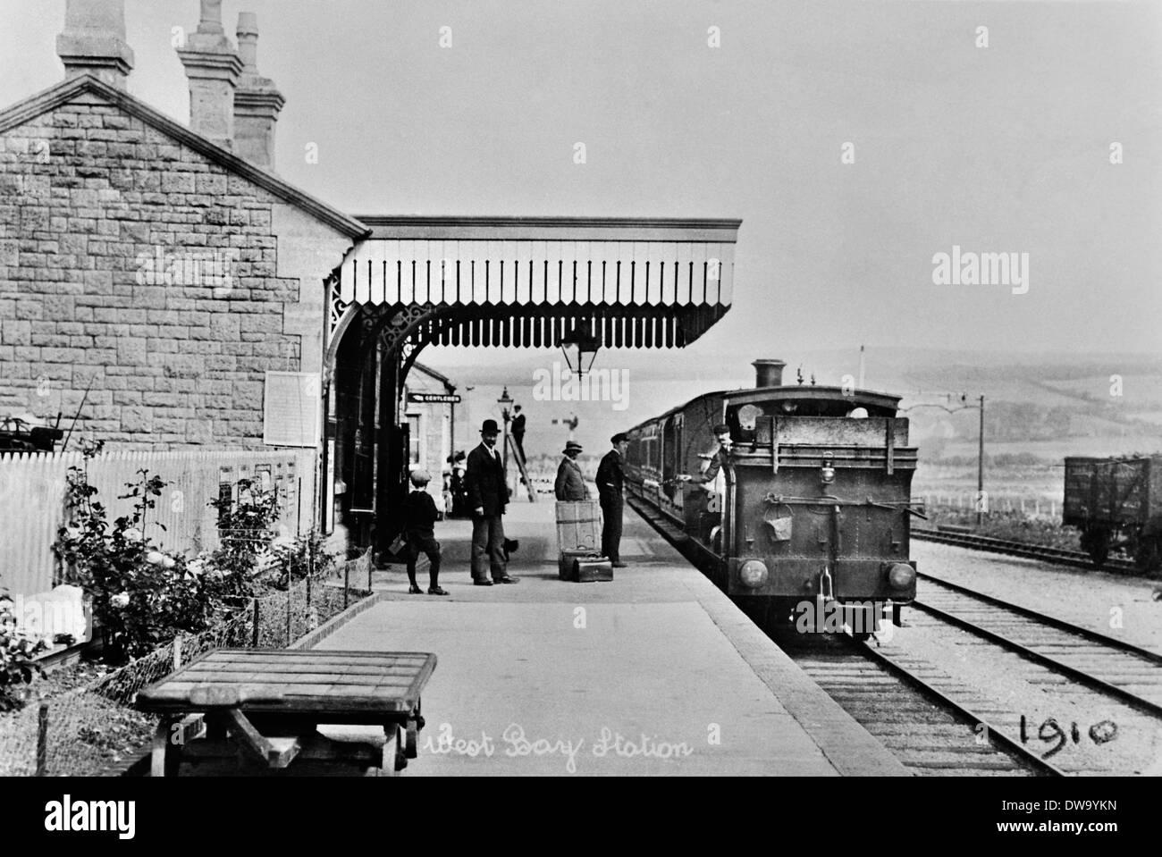 West Bay stazione con il treno da Bridport 1910 Immagini Stock