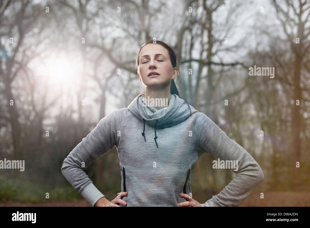 Giovane donna appoggiata con gli occhi chiusi Immagini Stock