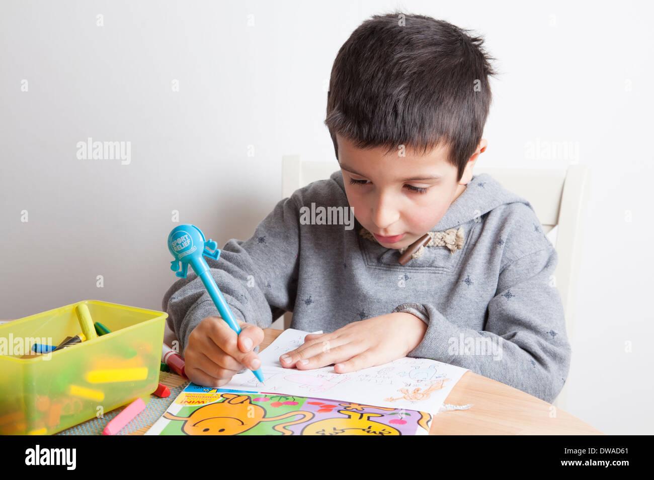 Ragazzo disegna un'immagine Immagini Stock