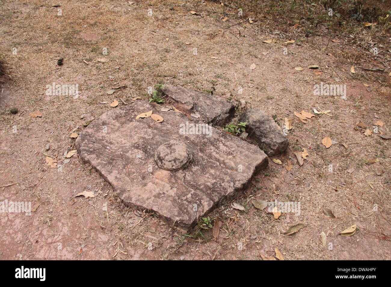 Pietra piana in corrispondenza della pianura di giare il sito 2 che potrebbe essere un coperchio Foto Stock