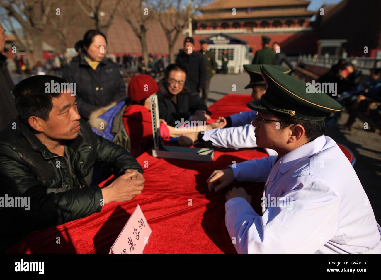 """Pechino, soldato cinese negli anni sessanta. Il 15 agosto, 1962. Un volontario di medici militari offre informazioni di carattere turistico al di fuori della Città Proibita, chiamato anche il museo del palazzo, a Pechino, capitale della Cina, in occasione della """"Lei Feng's Day"""", che cade il 5 marzo di ogni anno. Lei, un giovane soldato cinese negli anni sessanta, è noto per aver dedicato quasi tutto il suo tempo di ricambio e denaro per aiutare disinteressatamente i bisognosi. Egli è morto dopo essere stato colpito da una caduta di pole mentre aiutando un compagno soldato dirigere un carrello su 15 Agosto 1962. Credito: Liu Changlong/Xinhua/Alamy Live News Immagini Stock"""