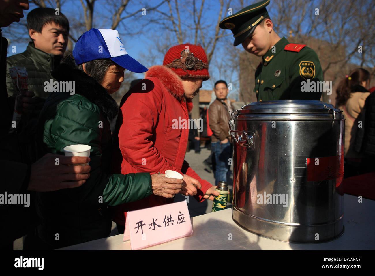 """Pechino, soldato cinese negli anni sessanta. Il 15 agosto, 1962. Un soldato offre ai turisti acqua potabile al di fuori della Città Proibita, chiamato anche il museo del palazzo, a Pechino, capitale della Cina, in occasione della """"Lei Feng's Day"""", che cade il 5 marzo di ogni anno. Lei, un giovane soldato cinese negli anni sessanta, è noto per aver dedicato quasi tutto il suo tempo di ricambio e denaro per aiutare disinteressatamente i bisognosi. Egli è morto dopo essere stato colpito da una caduta di pole mentre aiutando un compagno soldato dirigere un carrello su 15 Agosto 1962. Credito: Liu Changlong/Xinhua/Alamy Live News Immagini Stock"""