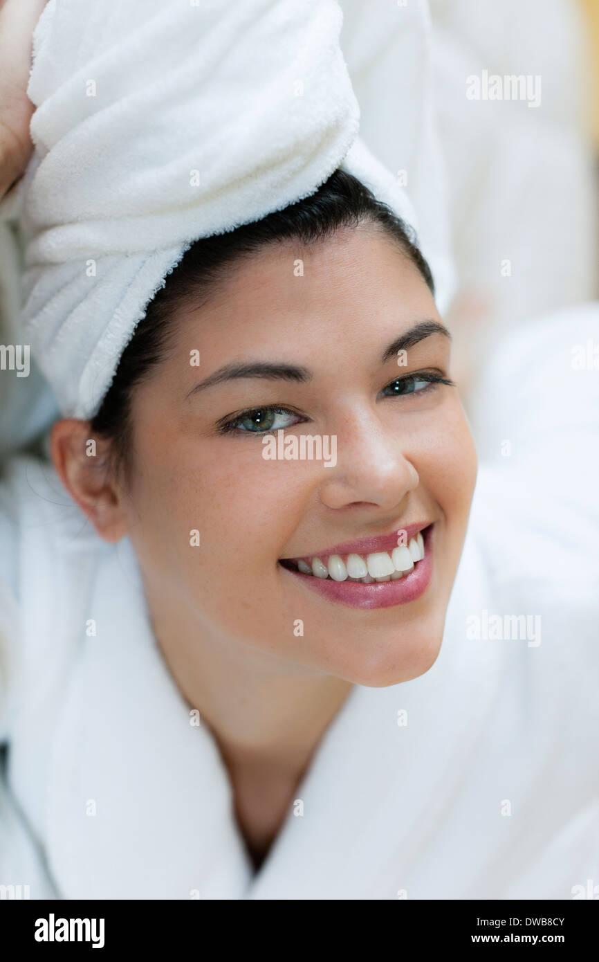 Giovane donna in accappatoio e turbante Immagini Stock
