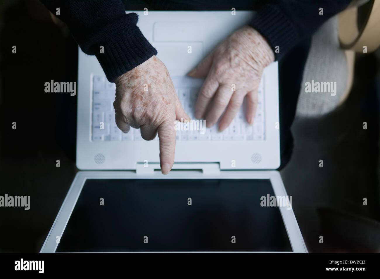 Senior donna rivolta verso lo schermo del notebook Immagini Stock
