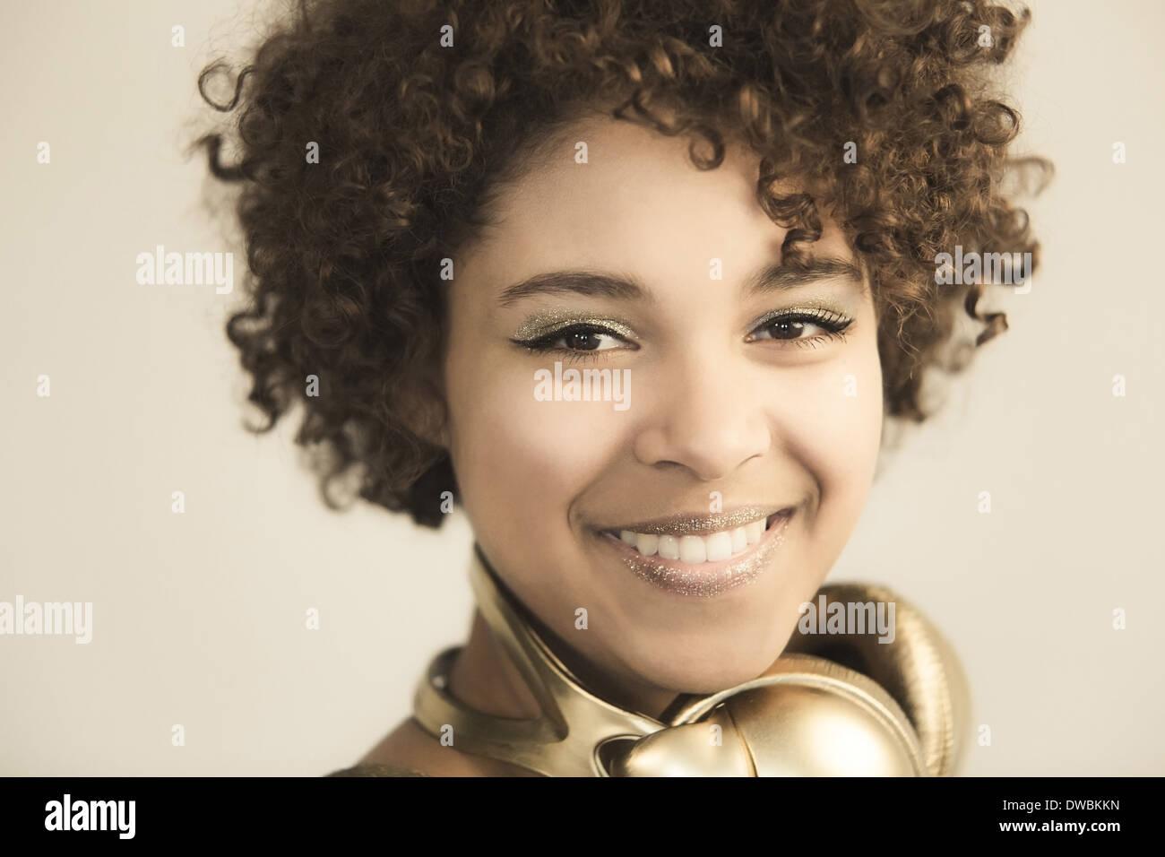 Ritratto di donna Afroamericana con le cuffie Immagini Stock
