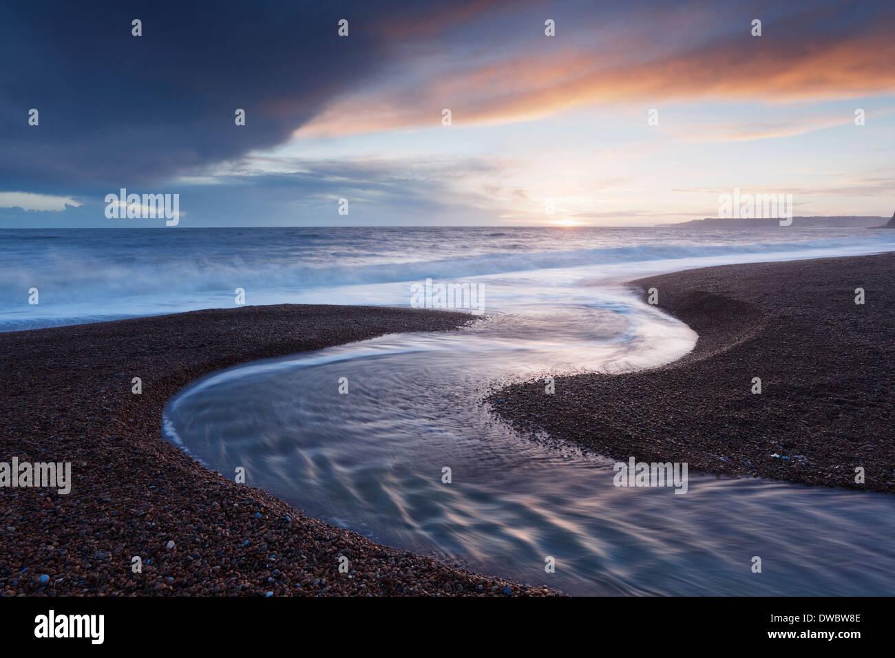 Winniford sul fiume che scorre verso il mare a Seatown Beach. Jurassic Coast Sito Patrimonio Mondiale. Il Dorset. Regno Unito. Immagini Stock