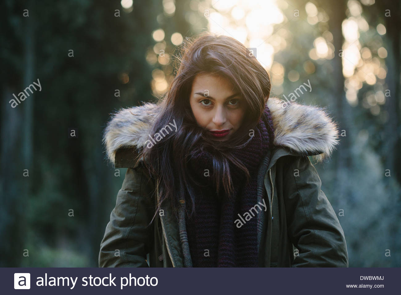 Ritratto di attraente giovane donna in foresta Immagini Stock