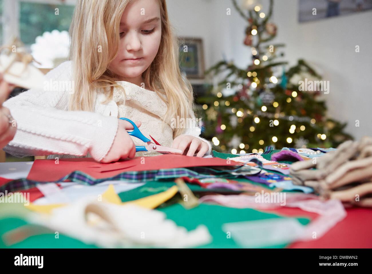 Giovane ragazza taglio carta con le forbici Immagini Stock