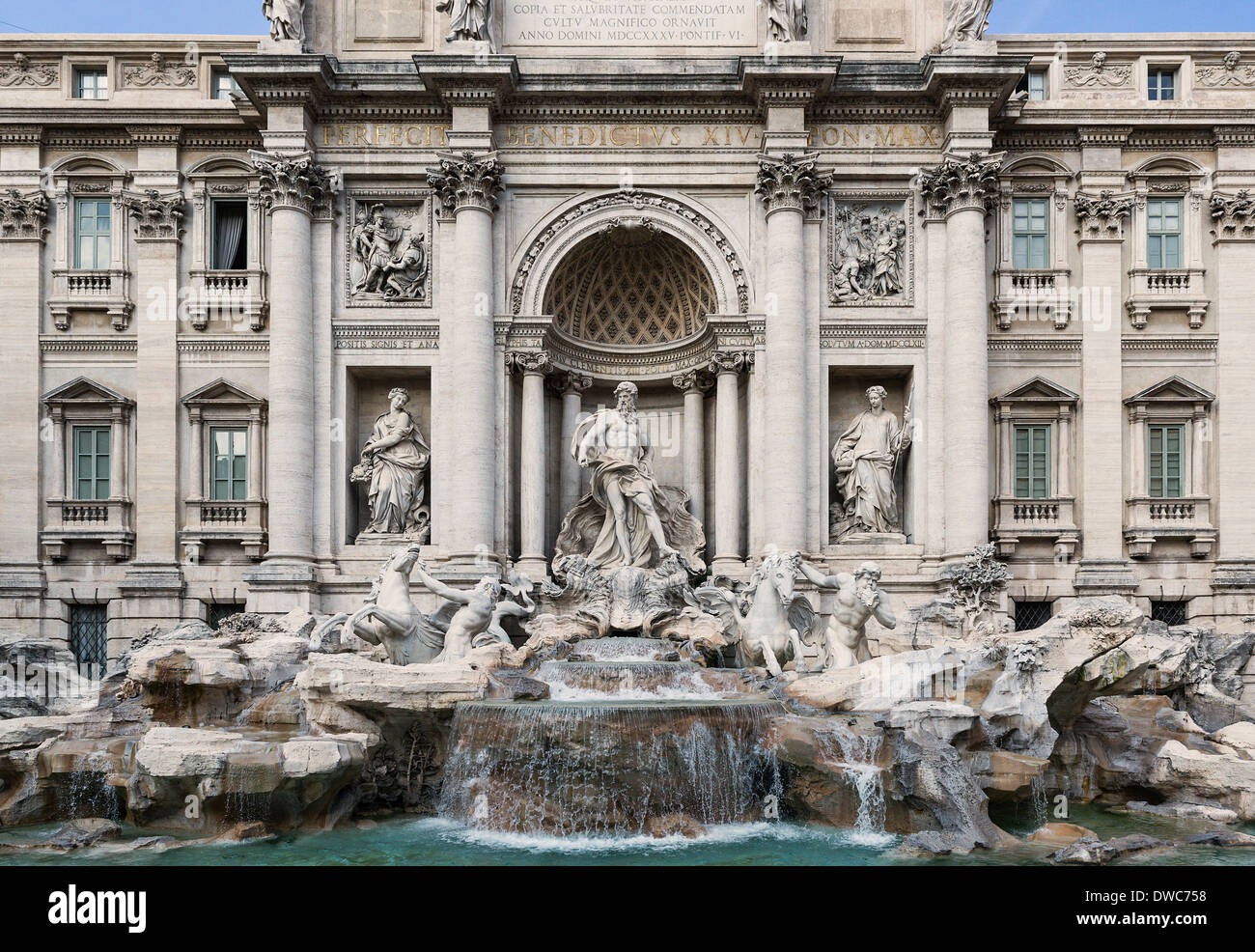 I turisti si riuniscono per ammirare la Fontana di Trevi, Roma, Italia Immagini Stock