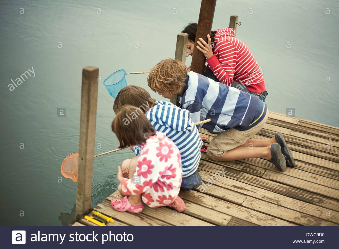 Madre e bambini pesca dal molo, Southwold, Suffolk, Regno Unito Immagini Stock