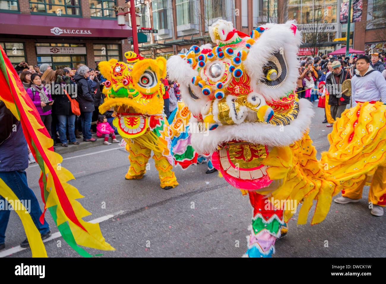 Lion ballerini, Nuovo Anno Cinese Parade, Vancouver, British Columbia, Canada Immagini Stock
