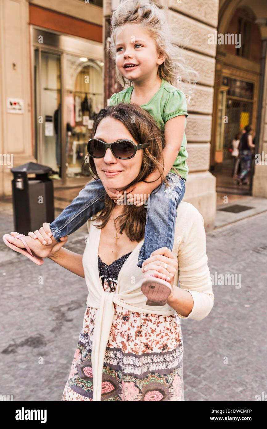 Madre figlia che porta sulle spalle Immagini Stock