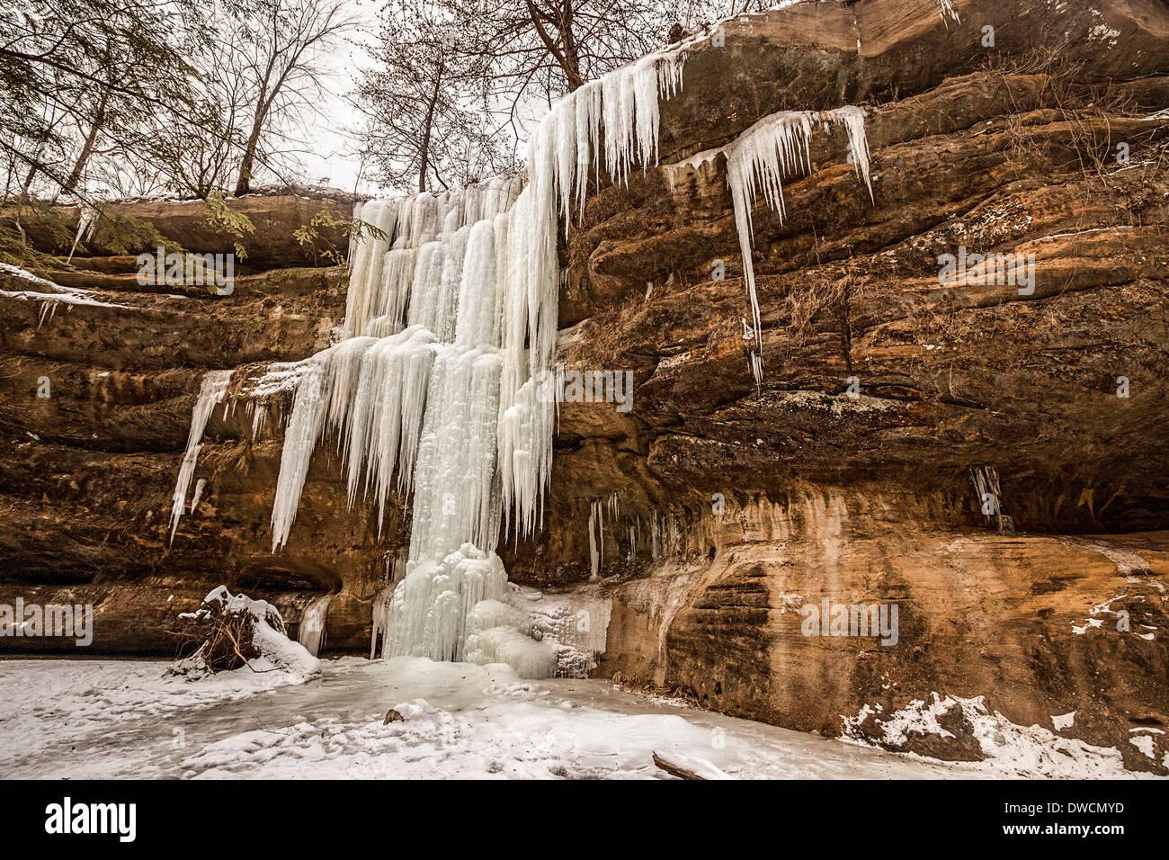 Congelate le Cascate Inferiori in inverno a Old Man's Cave, Hocking Hills State Park, Ohio, Stati Uniti d'America Foto Stock